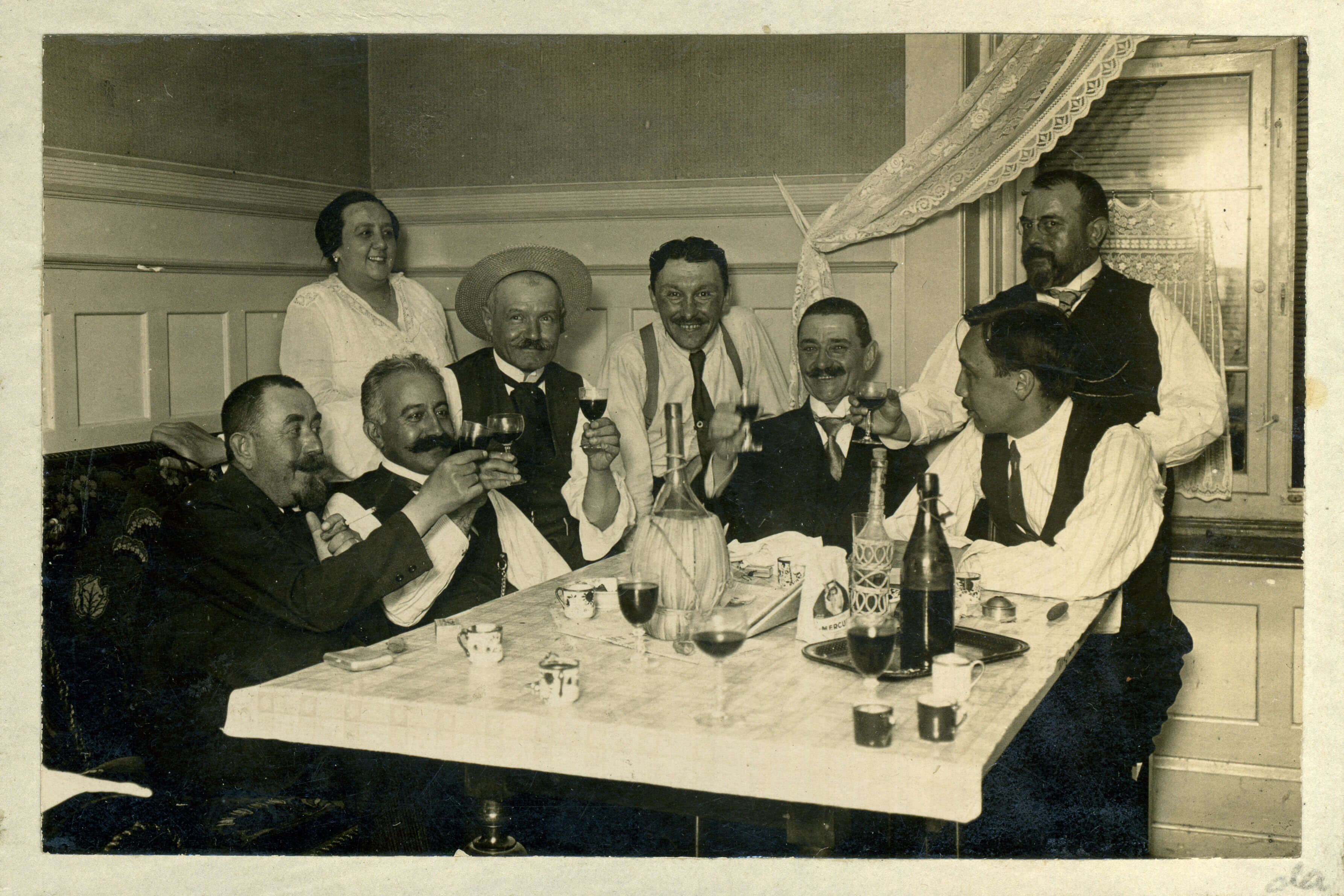 """Mihailo Petrović (in a hat) """"Suz"""" and the atmosphere of a tavern (kafana) (SASA Archive, 14188)"""